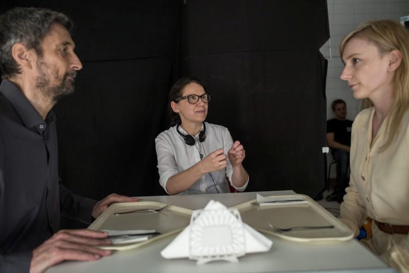 Budapest, 2015. június 4. Enyedi Ildikó filmrendezõ (k) instruálja az Endre szerepét alakító Morcsányi Gézát és a Mária szerepét alakító Borbély Alexandrát Testrõl és lélekrõl címû filmjének forgatásán az egykori Szabolcs utcai kórház területén Budapesten 2015. június 4-én. MTI Fotó: Kallos Bea